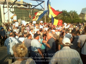 protestatari  in piata universitate anti basescu anti ccr pt respectarea celor 7.4 milioane de romani, universitate 21 august 2012, ceicunoi.wordpress.com