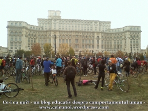 poze foto imagini eveniment mars protest bicicleta 27 oct 2012 Bucuresti Existam si o sa avem banda pista piste ilegale biciclisti, casa poporului parc izvor bicicleta ridicata in aer parlament, ceicunoi.wordpress.com 1