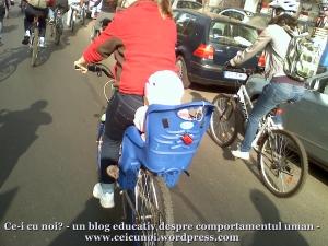 poze foto imagini eveniment mars protest bicicleta 27 oct 2012 Bucuresti Existam si o sa avem banda pista piste ilegale biciclisti, mama si copil  carut scaun bebelus protest pe bicicleta in trafic, ceicunoi.wordpress.com