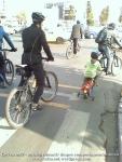 poze foto imagini eveniment mars protest bicicleta 27 oct 2012 Bucuresti Existam si o sa avem banda pista piste ilegale biciclisti, tata si copil roti ajutatoare protest pe bicicleta in trafic, ceicunoi.wordpress.com
