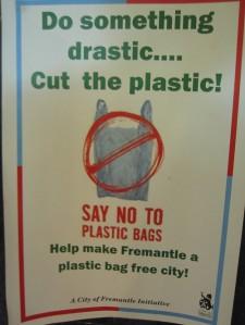 cut the plastic nu mai folositi sacose pungi plase de plastic poluarea oceanelor naturii mediului sacosa de panza bumbac bambus materiale naturale ecologice, ceicunoi.wordpress.com