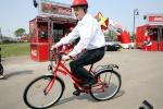 primarul sorin oprescu manipulare pe bicicleta portocala mecanica coruptie piste biciclete benzi biciclisti bucuresti dragos bucurenci, trafic infernal, ambuteiaje poze capitala