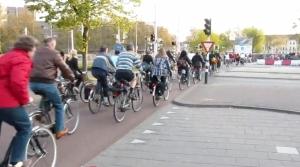 biciclete-olanda-utrecht-in-trafic-benzi-banda-speciala-pentru-biciclisti-bicicleta-alternativa-de-transport-deplasare-printre-masini-poluare-noxe-cancerigene-infrastructura-rutiera-ce