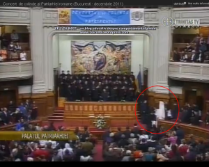 poze concert traditional colinde craciun sarbatori trinitas patriarhul Daniel da cadouri coristii pupa mana ca niste slugi 2011 1
