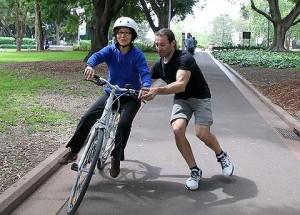 mersul pe bicicleta sfaturi incepatori,  Metoda clasica si metoda usoara. Cum sa mergi in echilibru cu bicicleta inveti sa mergi lectii de mers pe bicicleta in cel mai usor mod posibil 3