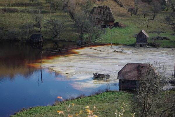 Galerie foto poze poluare dezastru ecologic iaz decantare Valea Sesii Sesei exploatare miniera cianuri substante toxice chimice sat distrus de proiectul minier rmgc compania Rosia Montana ecologie 2