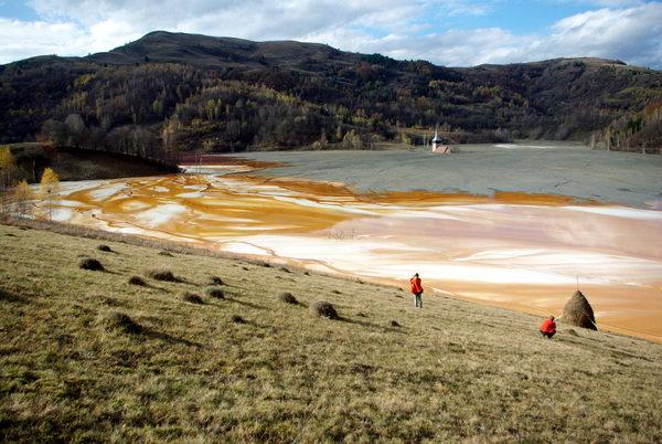 Galerie foto poze poluare dezastru ecologic iaz decantare Valea Sesii Sesei exploatare miniera cianuri substante toxice chimice sat distrus de proiectul minier rmgc compania Rosia Montana ecologie 5