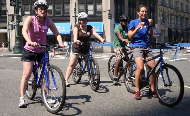 curs gratuit Invata sa mergi pe bicicleta sambata 13 iulie 2013 parcul Kiseleff Bucureşti. Cum sa mergi pe doua roti. Sfaturi biciclisti incepatori mersul pe biciclete in parc aer liber bicla
