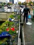 1 poze imagini foto furtuna ploaie vijelie Bucuresti umbrele rupte aruncate peste tot pe jos strada despre societatea romaneasca comportamentul romanilor in prezent lipsa bun simt gunoaie aruncate