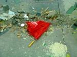 11 poze imagini foto furtuna ploaie vijelie Bucuresti umbrele rupte aruncate peste tot pe jos strada despre societatea romaneasca comportamentul romanilor in prezent lipsa bun simt gunoaie aruncate