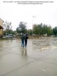 14 poze imagini foto furtuna ploaie vijelie Bucuresti umbrele rupte aruncate peste tot pe jos strada despre societatea romaneasca comportamentul romanilor in prezent lipsa bun simt gunoaie aruncate