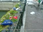 3 poze imagini foto furtuna ploaie vijelie Bucuresti umbrele rupte aruncate peste tot pe jos strada despre societatea romaneasca comportamentul romanilor in prezent lipsa bun simt gunoaie aruncate