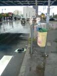 5 poze imagini foto furtuna ploaie vijelie Bucuresti umbrele rupte aruncate peste tot pe jos strada despre societatea romaneasca comportamentul romanilor in prezent lipsa bun simt gunoaie aruncate