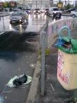 6 poze imagini foto furtuna ploaie vijelie Bucuresti umbrele rupte aruncate peste tot pe jos strada despre societatea romaneasca comportamentul romanilor in prezent lipsa bun simt gunoaie aruncate