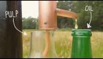 Cum sa faci ulei doar cu puterea vantului presa ulei la rece seminte susan floarea soarelui dovleac alune nuci migdale separarea uleiului pulpa fructului suc fructe inventie energie eoliana dave hakkens