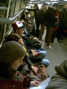 poze imagini foto metrou bucuresti tineri oameni care asculta muzica la casti in timp ce butoneaza la telefon mobil tableta smartphone distrugere sanatate ochi urechi pierdere timp creier 1