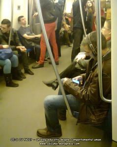 poze imagini foto metrou bucuresti tineri oameni care asculta muzica la casti in timp ce butoneaza la telefon mobil tableta smartphone distrugere sanatate ochi urechi pierdere timp creier 2
