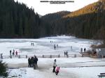 33 poze foto imagini lacu rosu bicaz chei inghetat iarna ianuarie 2014 oameni care merg pe apa lacului lac gheata cu patine de gheata pe lac inghetat natural strat gheata zapada munte judetul neamt