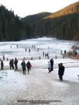 34 poze foto imagini lacu rosu bicaz chei inghetat iarna ianuarie 2014 oameni care merg pe apa lacului lac gheata cu patine de gheata pe lac inghetat natural strat gheata zapada munte judetul neamt