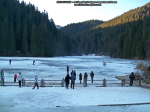 35 poze foto imagini lacu rosu bicaz chei inghetat iarna ianuarie 2014 oameni care merg pe apa lacului lac gheata cu patine de gheata pe lac inghetat natural strat gheata zapada munte judetul neamt