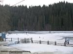37 poze foto imagini lacu rosu bicaz chei inghetat iarna ianuarie 2014 oameni care merg pe apa lacului lac gheata cu patine de gheata pe lac inghetat natural strat gheata zapada munte judetul neamt