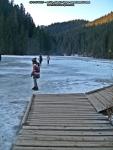 38 poze foto imagini lacu rosu bicaz chei inghetat iarna ianuarie 2014 oameni care merg pe apa lacului lac gheata cu patine de gheata pe lac inghetat natural strat gheata zapada munte judetul neamt