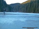 39 poze foto imagini lacu rosu bicaz chei inghetat iarna ianuarie 2014 oameni care merg pe apa lacului lac gheata cu patine de gheata pe lac inghetat natural strat gheata zapada munte judetul neamt