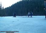40 poze foto imagini lacu rosu bicaz chei inghetat iarna ianuarie 2014 oameni care merg pe apa lacului lac gheata cu patine de gheata pe lac inghetat natural strat gheata zapada munte judetul neamt