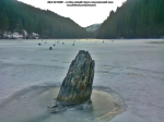 43 poze foto imagini lacu rosu bicaz chei inghetat iarna ianuarie 2014 oameni care merg pe apa lacului lac gheata cu patine de gheata pe lac inghetat natural strat gheata zapada munte judetul neamt
