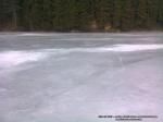 45 poze foto imagini lacu rosu bicaz chei inghetat iarna ianuarie 2014 oameni care merg pe apa lacului lac gheata cu patine de gheata pe lac inghetat natural strat gheata zapada munte judetul neamt