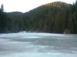 47 poze foto imagini lacu rosu bicaz chei inghetat iarna ianuarie 2014 oameni care merg pe apa lacului lac gheata cu patine de gheata pe lac inghetat natural strat gheata zapada munte judetul neamt