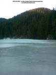 48 poze foto imagini lacu rosu bicaz chei inghetat iarna ianuarie 2014 oameni care merg pe apa lacului lac gheata cu patine de gheata pe lac inghetat natural strat gheata zapada munte judetul neamt