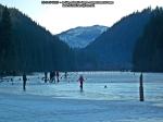 50 poze foto imagini lacu rosu bicaz chei inghetat iarna ianuarie 2014 oameni care merg pe apa lacului lac gheata cu patine de gheata pe lac inghetat natural strat gheata zapada munte judetul neamt