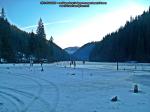 51 poze foto imagini lacu rosu bicaz chei inghetat iarna ianuarie 2014 oameni care merg pe apa lacului lac gheata cu patine de gheata pe lac inghetat natural strat gheata zapada munte judetul neamt