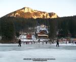 52 poze foto imagini lacu rosu bicaz chei inghetat iarna ianuarie 2014 oameni care merg pe apa lacului lac gheata cu patine de gheata pe lac inghetat natural strat gheata zapada munte judetul neamt