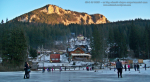 53 poze foto imagini lacu rosu bicaz chei inghetat iarna ianuarie 2014 oameni care merg pe apa lacului lac gheata cu patine de gheata pe lac inghetat natural strat gheata zapada munte judetul neamt