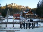 54 poze foto imagini lacu rosu bicaz chei inghetat iarna ianuarie 2014 oameni care merg pe apa lacului lac gheata cu patine de gheata pe lac inghetat natural strat gheata zapada munte judetul neamt