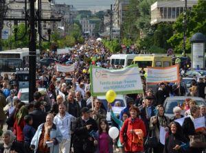 8000 de romani protestatari protest mars 1 iunie 2014 iasi pentru familia normala traditionala normalitate barbat femeie doxologia impotriva presiuni lobby gay lgtb drepturi minoritati majoritate distriminata