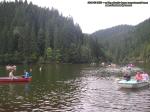 poze imagini foto lacul lacu rosu vara august 2013 oameni cu barca pe lac barci cu vasle tulpini scufundate copaci in apa padure turism judetul neamt cheile bicazului bicaz 3