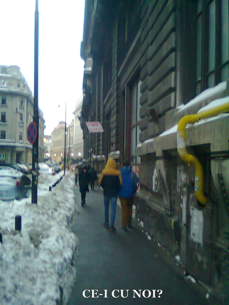 poze imagini galerie foto atentie cad turturi zapada cladiri - FOTO Bucuresti iarna 2013 2014 problema bucatilor de gheata care ne pica in cap romanii sunt inconstienti si ignoranti cu privire la propria viata 23
