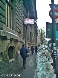 poze imagini galerie foto atentie cad turturi zapada cladiri - FOTO Bucuresti iarna 2013 2014 problema bucatilor de gheata care ne pica in cap romanii sunt inconstienti si ignoranti cu privire la propria viata 24
