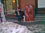poze imagini galerie foto atentie cad turturi zapada cladiri - FOTO Bucuresti iarna 2013 2014 problema bucatilor de gheata care ne pica in cap romanii sunt inconstienti si ignoranti cu privire la propria viata 26