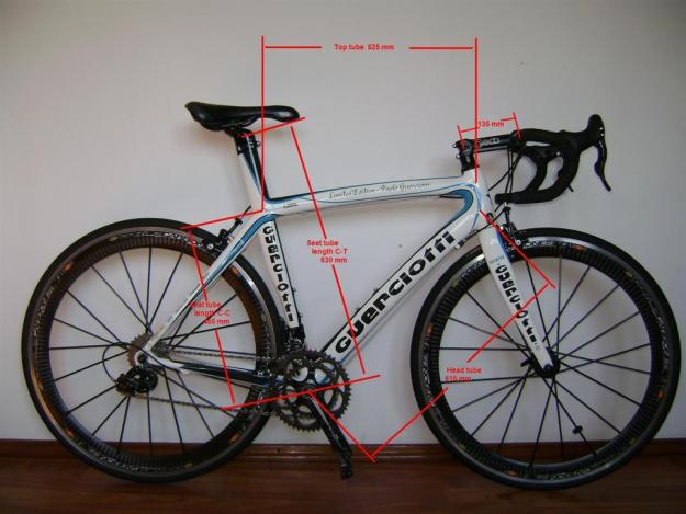 bicicleta cursiera de sosea competitii sportive concursuri ciclism ciclist biciclist de viteza roti cauciucuri subtiri aerodinamica coarne bicicleta ghidon curbat performanta