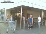 coada supermarket-urile distrug economia Romaniei efectele supermarketurilor asupra economiei locale magazine hypermarket butic cartier bani scosi din tara distrugerea afaceri familie profit 4