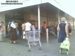 coada supermarket-urile distrug economia Romaniei efectele supermarketurilor asupra economiei locale magazine hypermarket butic cartier bani scosi din tara distrugerea afaceri familie profit 8
