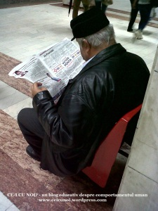 om nene batran citeste ziarul victor ponta presedinte in statia de metrou pe scaun presa minte manipuleaza dezinformeaza nu cititi ziarele centrale foto blog ceicunoi