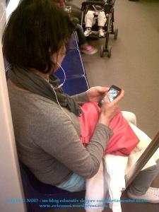 tanti femeie se joaca jocuri pe telefon in metrou pierdere de timp viata distrugerea ochilor metoda de relaxare drogare a creierului foto blog ceicunoi