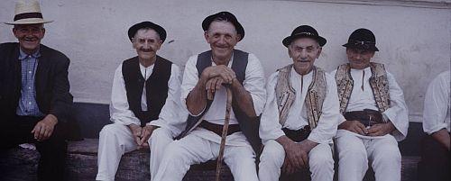 tarani 1964 Spiritul de solidaritate și cooperare din satele românești viu și neatins de individualismul din marile orașe solidaritatea taranului roman oameni romani buni la sat vs oras