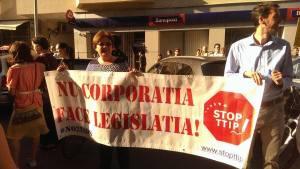 banner pancarta protest nu corporatia face legislatia acordul ttip clausa isds multinationale corporatiile conduc statul