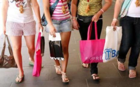 fete femei la cumparaturi bani irositi pe nimicuri obsesie dependenta pantofi shopping